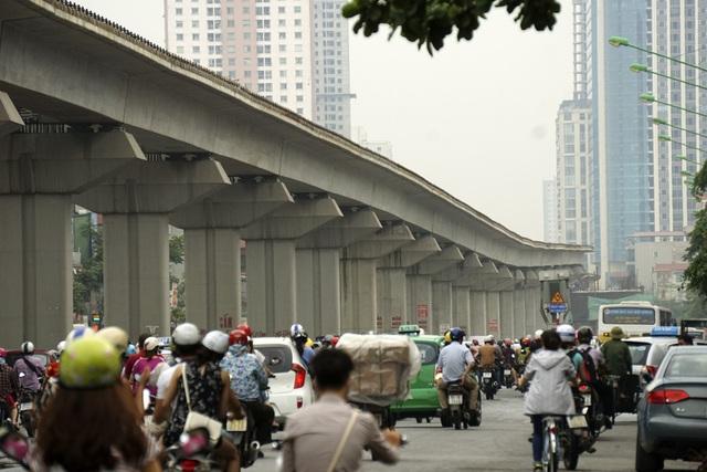 Giao thông Hà Nội đang áp lực khi chưa thể cấm phương tiện cá nhân và phương tiện công cộng chưa đáp ứng (ảnh: Hữu Nghị)