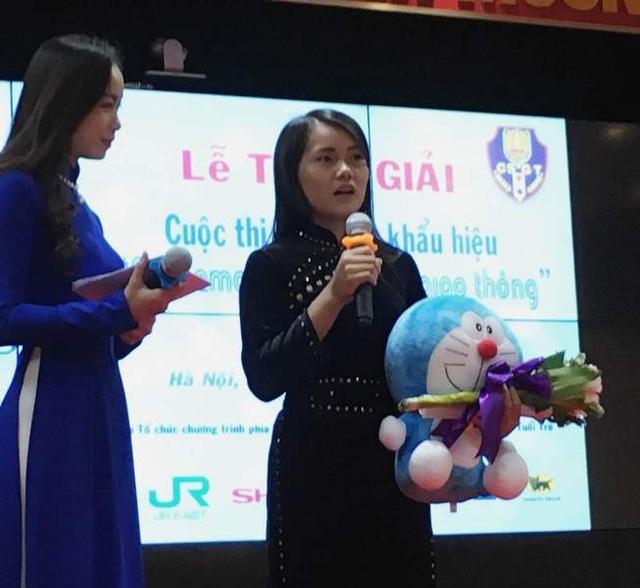 Học sinh Luân Ánh Tuyết được trao giải sáng tác khẩu hiệu về an toàn giao thông xuất sắc nhất