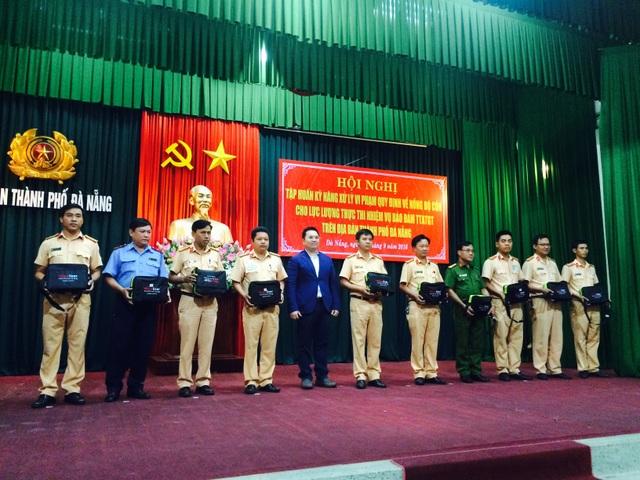 10 máy xử lý vi phạm nồng độ cồn được Grab tặng cho lực lượng Cảnh sát giao thông và Thanh tra giao thôn TP Đà Nẵng trong buổi tập huấn