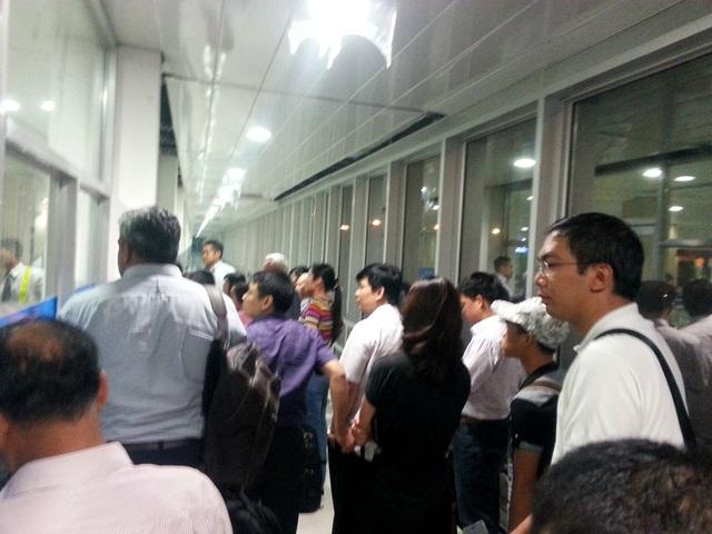 Nhiều trường hợp sau khi xếp hàng trên trời thì xuống mặt đất cũng phải xếp hàng vào nhà ga Tân Sơn Nhất