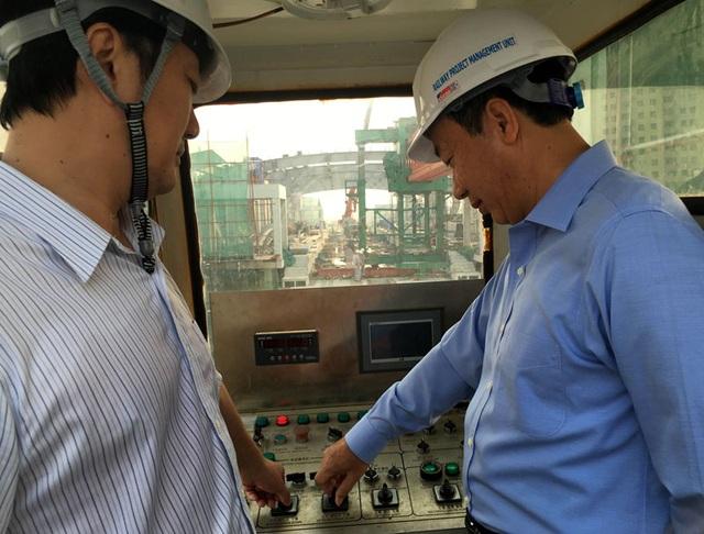 Thứ trưởng Nguyễn Hồng Trường (áo xanh) và đại diện Tổng thầu Trung Quốc bấm bút hợp long toàn tuyến đường sắt Cát Linh - Hà Đông