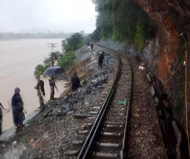 Mưa lớn gây ngập lụt và sạt lở hệ thống đường chạy tàu