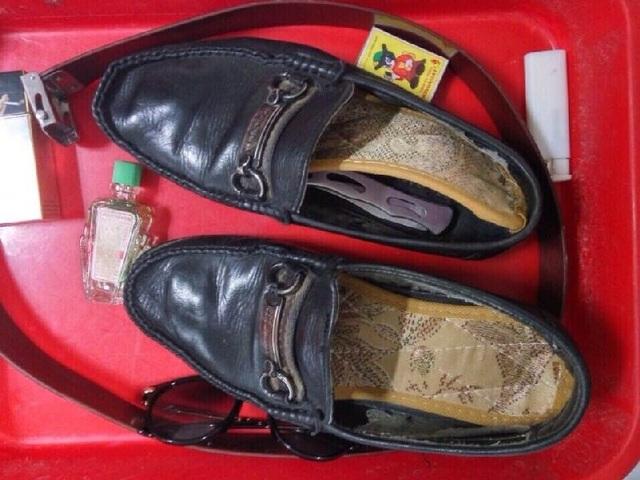 Con dao gấp dài 20 cm bị phát hiện giấu dưới giày của hành khách T.V.H (ảnh: An ninh hàng không Nội Bài)