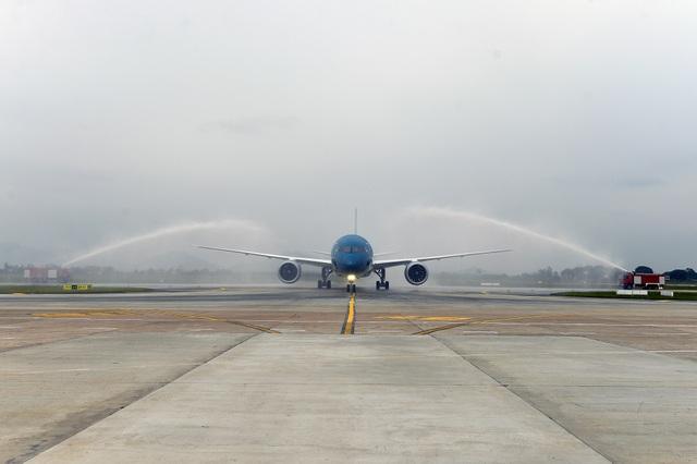 Nghi thức phun nước máy bay mới khi hạ cánh xuống sân bay Nội Bài