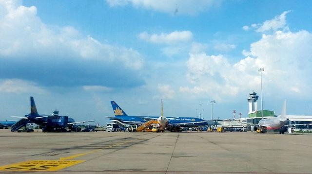 Công suất thiết kế của sân bay quốc tế Tân Sơn Nhất là 25 triệu hành khách, nhưng nay đã vọt lên 32 triệu, tình trạng tắc nghẽn trên trời và dưới đất diễn ra như cơm bữa ở Tân Sơn Nhất