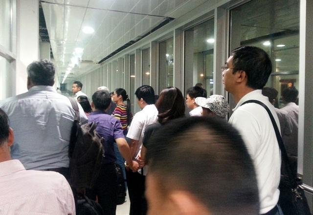 Hình ảnh hành khách bị nhốt trong ống lồng sau khi rời máy bay do nhà ga sân bay chưa kịp giải tỏa để đón khách