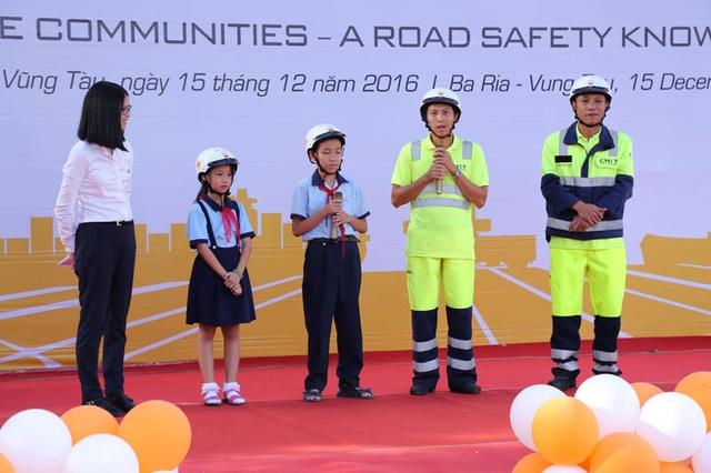 Lái xe tải và các em học sinh khu vực Cảng quốc tế Cái Mép chia sẻ về an toàn giao thông ngày 15/12