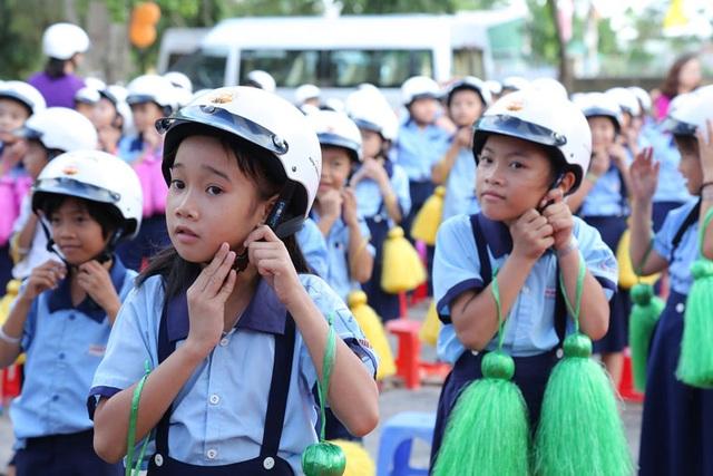 Các em học sinh khu vực cảng Cái Mép dễ bị tổn thương khi an toàn giao thông mà thiếu mũ bảo hiểm