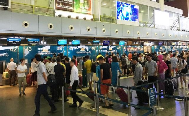 Dịp Tết tại các điểm sân bay sẽ xảy ra hiện tượng ùn tắc, vì vậy cần chú ý thời gian đến sân bay sớm để không bị trễ chuyến. Cùng đó, hành khách nên tự làm thủ tục bay trực tuyến, check in tại các kiosk để không phải chờ đợi lâu tại các quầy