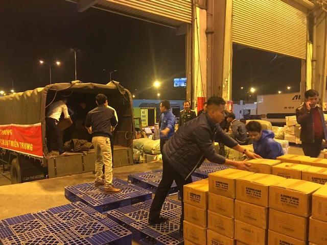 Máy bay vận chuyển khẩn cấp 30 tấn lương khô cứu trợ miền Trung - 2