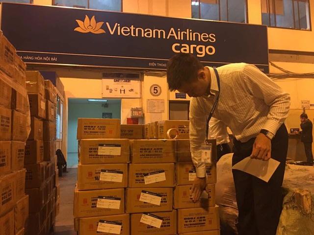 Máy bay vận chuyển khẩn cấp 30 tấn lương khô cứu trợ miền Trung - 4