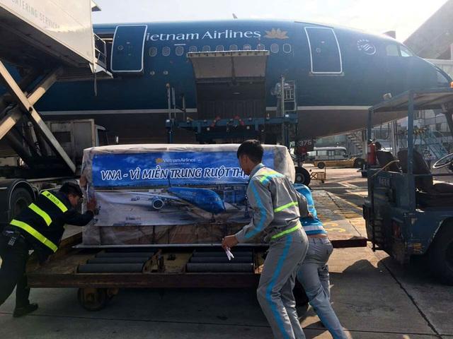 Hàng cứu trợ được vận chuyển trên các chuyến bay sớm nhất ngày 17/12 tới các tỉnh miền Trung đang bị ảnh hưởng nặng nề bởi mưa lũ
