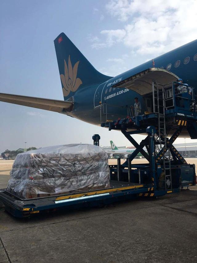 Hàng cứu trợ được Vietnam Airlines vận chuyển khẩn cấp là 30 tấn lương khô. Hàng cứu trợ được vận chuyển từ Hà Nội, sau đó bàn giao cho Bộ Chỉ huy quân sự các tỉnh Quảng Nam, Quảng Ngãi, Bình Định và Khánh Hòa để cứu trợ bà con bị ảnh hưởng mưa lũ