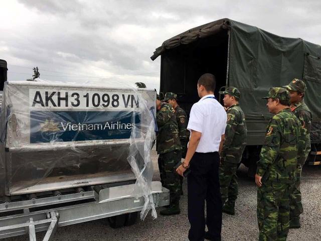 Máy bay vận chuyển khẩn cấp 30 tấn lương khô cứu trợ miền Trung - 5