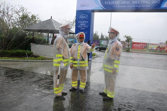 """Nữ Cảnh sát giao thông """"gồng mình"""" trong mưa bão, trước giờ khai mạc APEC - 3"""