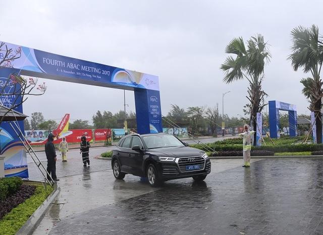 Lực lượng CSGT làm nhiệm vụ trong mưa bão tại Đà Nẵng