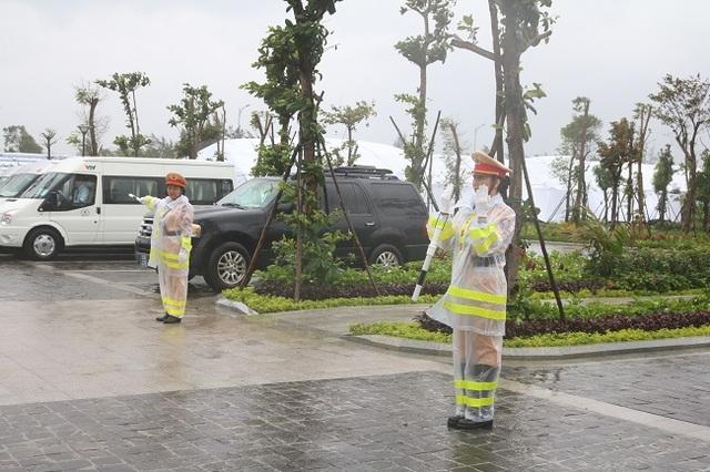 """Nữ Cảnh sát giao thông """"gồng mình"""" trong mưa bão, trước giờ khai mạc APEC - 5"""