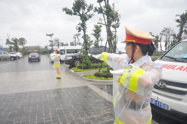 """Nữ Cảnh sát giao thông """"gồng mình"""" trong mưa bão, trước giờ khai mạc APEC - 6"""