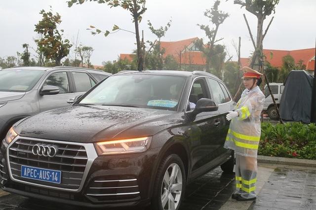 """Nữ Cảnh sát giao thông """"gồng mình"""" trong mưa bão, trước giờ khai mạc APEC - 7"""