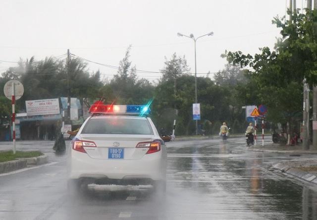 """Nữ Cảnh sát giao thông """"gồng mình"""" trong mưa bão, trước giờ khai mạc APEC - 9"""