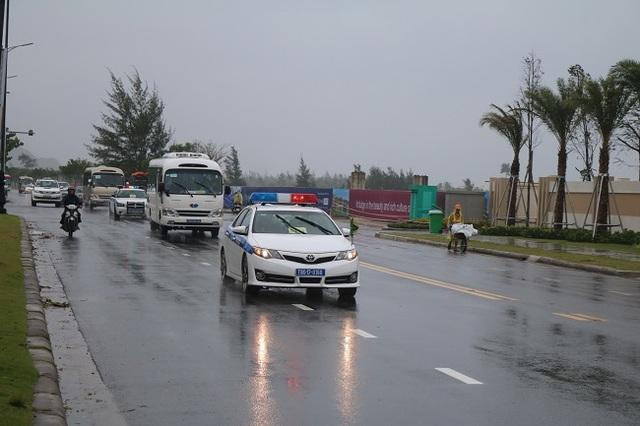 """Nữ Cảnh sát giao thông """"gồng mình"""" trong mưa bão, trước giờ khai mạc APEC - 10"""