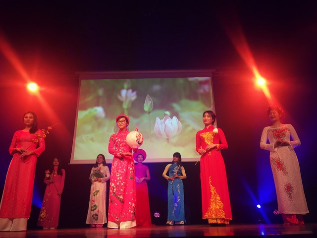 Nét đẹp tà áo dài truyền thống Việt Nam được giới thiệu tới bạn bè quốc tế