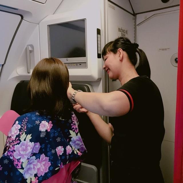 Moeko Niinobe được nhân viên phi hành đoàn hỗ trợ mặc kimono – trang phục truyền thống của Nhật Bản.