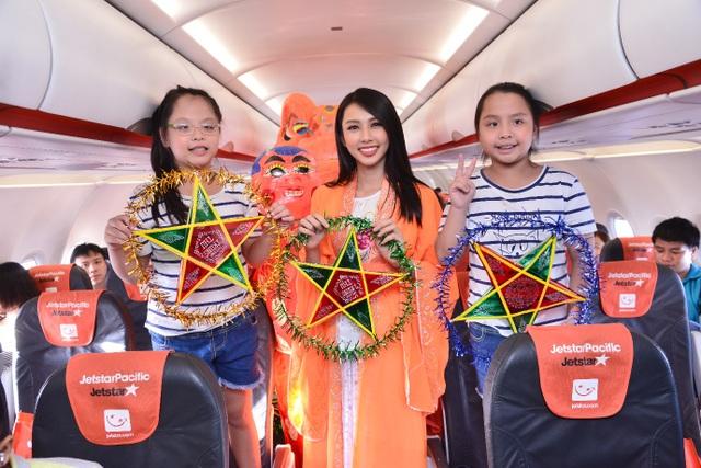 Chị Hằng – Thùy Tiên đã đến từng hàng ghế tặng quà, chụp hình cùng các em nhỏ và hành khách có mặt trên chuyến bay.