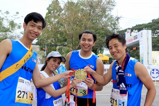 """Các vận động viên """"khoe"""" huy chương hoàn thành tại Giải chạy KRUNGSRI Ayutthaya """"KIZUNA"""" Ekiden 2018 diễn ra ngày 28/01/2018."""