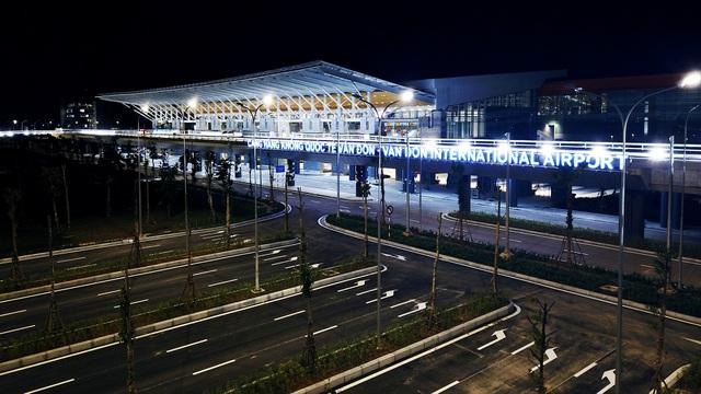 Về tổng thể kiến trúc, quần thể nhà ga Cảng hàng không quốc tế Vân Đồn được thiết kế theo phong cách hiện đại, sang trọng, tinh tế và đặc biệt thân thiện với môi trường, ưu tiên mật độ cảnh quan tự nhiên và cây xanh.