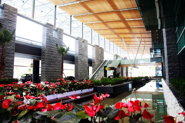 Khu vực sảnh trước mặt tiền nhà ga được bố trí nhiều tiểu cảnh xanh mát, có hồ cá Koi dài, rộng, tạo không khí trong lành để khách nghỉ chân. Đây cũng là sân bay đầu tiên trên thế giới đưa hồ Cá Koi vào làm điểm nhấn cho kiến trúc cảnh quan.