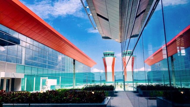Một điểm nhấn kiến trúc ấn tượng và độc đáo nữa chỉ có tại CHKQT Vân Đồn chính là Vườn sinh thái - nơi du khách tận hưởng không gian thư giãn, ngắm cảnh giữa tầng không. Đặc biệt, cũng tại đây, phòng hút thuốc ngoài trời cho du khách được bố trí riêng với cây cối bao quanh vừa đảm bảo tính riêng tư, vừa tách biệt với các khu vực công cộng khác. Hiện tại, ngoài sân bay Vân Đồn, trên thế giới mới chỉ sân bay quốc tế Changi (Singapore) có khu vực hút thuốc ngoài trời dành cho du khách.