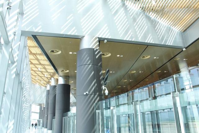 Hệ thống mái vòm lam gỗ lấy sáng tự nhiên giúp giảm bức xạ đồng thời tiết kiệm năng lượng điện mà vẫn đem lại nét đẹp cho không gian kiến trúc nội thất. Hệ lam kính hướng ra khu vực sân đỗ máy bay và đường cất hạ cánh được điều chỉnh theo hướng Tây, vừa giúp đón sáng tự nhiên chan hòa cho không gian, vừa có tác dụng giảm bức xạ nhiệt tới 46%.