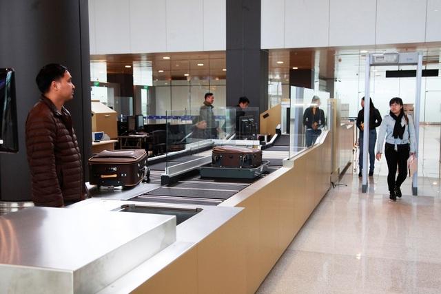 Cùng với những điểm nhấn nổi bật về kiến trúc và nội thất, CHKQT Vân Đồn còn là sân bay đầu tiên tại Việt Nam ứng dụng nhiều công nghệ kỹ thuật hiện đại hàng đầu thế giới trong công tác kiểm soát an ninh và vận hành.