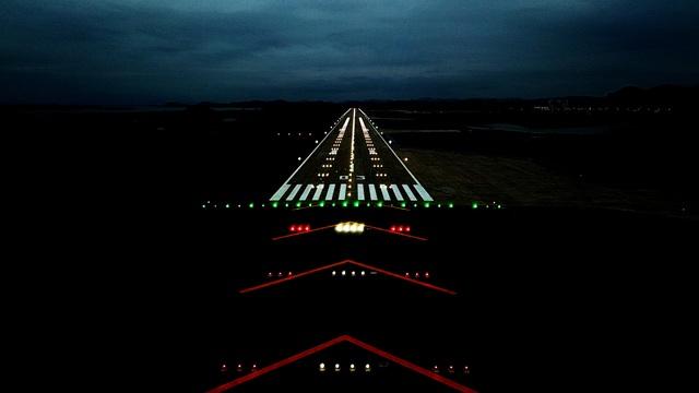 Đường cất hạ cánh với hệ thống đèn tiếp cận hạ cánh hiện đại bậc nhất Việt Nam ứng dụng công nghệ đèn Led thay thế công nghệ đèn halogen đang sử dụng phổ biến tại các sân bay khác.