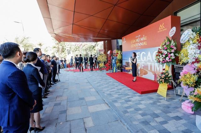 Bà Jenny Nguyễn – Đại diện Alpha King phát biểu khai mạc sự kiện khai trương nhà mẫu Centennial