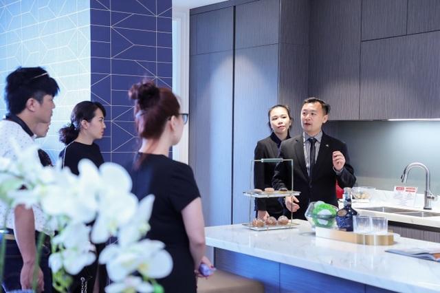 Ông Samson Ngov chia sẻ cùng khách hàng về chất liệu đắt giá làm nên sự sang trọng của căn bếp.