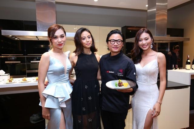 Đầu bếp quốc tế Luke Nguyễn trổ tài biểu diễn phục vụ các thượng khách của sự kiện
