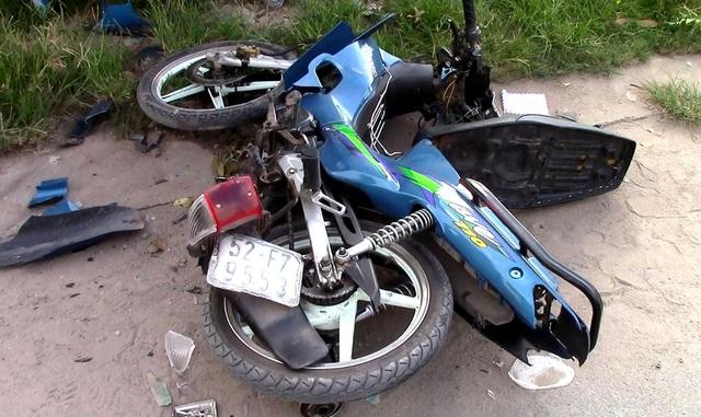 Một chiếc xe máy bị xe tải tông hư hỏng