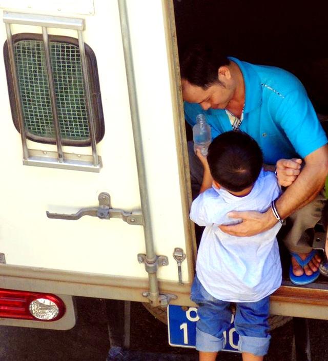 Cha con anh Minh trong lần gặp nhau ngắn ngủi tại sân tòa TAND TP HCM - Ảnh chụp sáng ngày 30/6, khi phiên tòa phúc thẩm bị hoãn (Xuân Duy)
