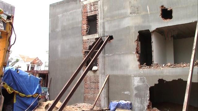 Căn nhà đang trong giai đoạn hoàn thiện đã phải đập bỏ vì bị ngiêng sau trận mưa lớn
