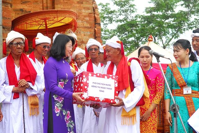 Phó Chủ tịch nước Đặng Thị Ngọc Thịnh đến tham dự lễ hội Kate và tặng quà cho đồng bào Chăm ở Ninh Thuận.
