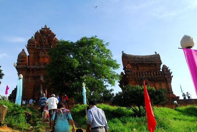 Lễ hội Katê diễn ra trên một không gian rộng lớn từ đền tháp lan tỏa về làng thôn và đến mỗi gia đình của cộng đồng người Chăm, đặc biệt là người Chăm Bàlamôn, tạo thành một dòng chảy văn hóa, nghệ thuật phong phú và đa dạng.