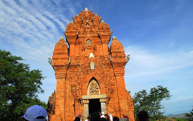 Không gian trên đền tháp tại lễ hội Katê