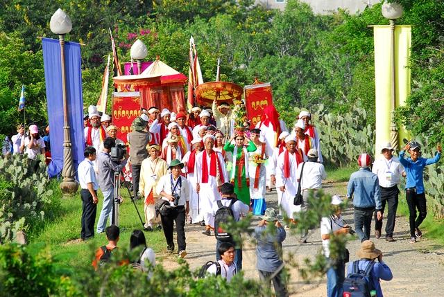 Lễ rước Y trang lên Tháp Pô Klong Garai bắt đầu từ sáng sớm ngày Mùng Một tháng bảy lịch Chăm.