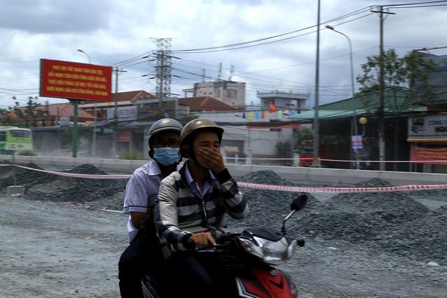 Người dân chỉ muốn đi qua thật nhanh tuyến đường đang thi công này nên không ai nghĩ đến việc mua sắm. Dự kiến đường Kinh Dương Vương sẽ hoàn thành vào tháng 11/2016.