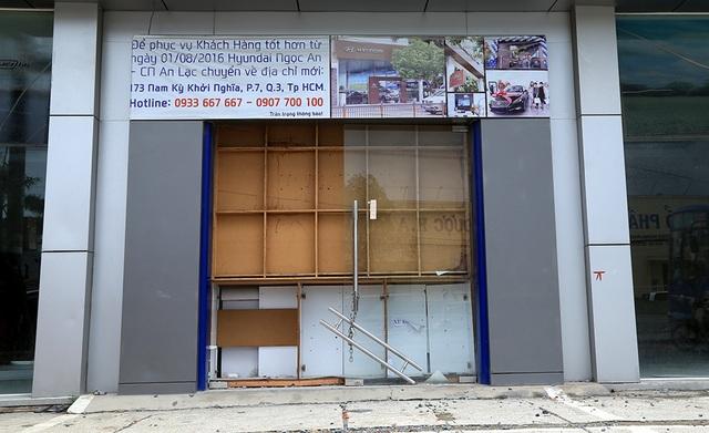 Một showroom ôtô phải đóng cửa và thông báo di dời vì không thể kinh doanh