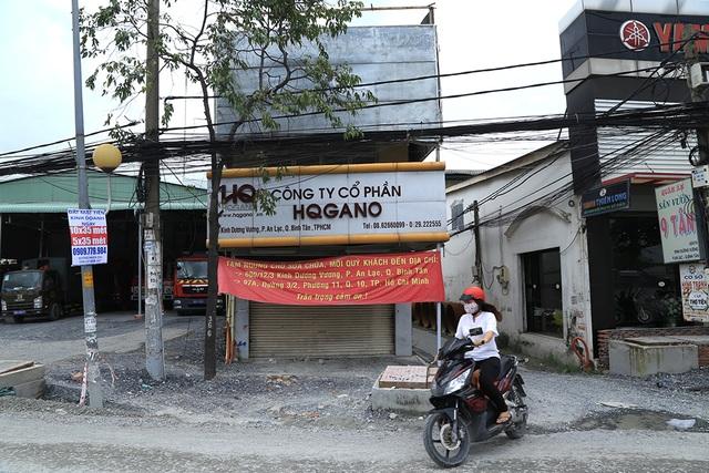 Các cửa hàng đóng cửa, trưng pano thông báo di dời địa điểm là những hình ảnh được bắt gặp nhiều nhất ở 2 bên đường Kinh Dương Vương