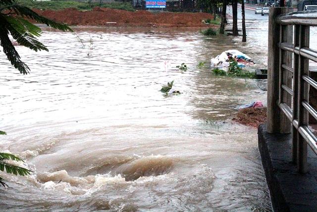 Nước lũ chảy mạnh vào xoáy nhưng hai anh thợ hồ vẫn dũng cảm lao xuống cứu người gặp nạn