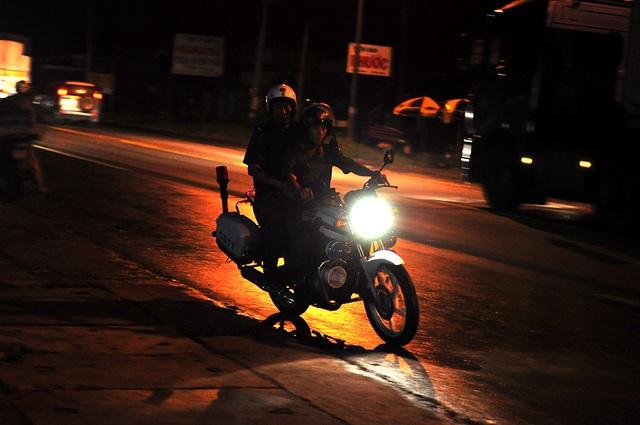 Cảnh sát tuần tra suốt đêm.